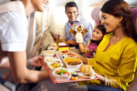La comida en los aviones: cómo funciona y quién la prepara