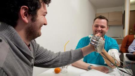 Con esta mano biónica sabemos lo que estamos sujetando