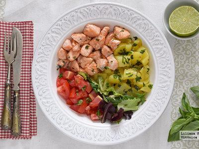 Ensalada templada de salmón y patata con hierbas frescas. Receta saludable