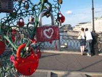 Candados del amor en un puente de Moscú