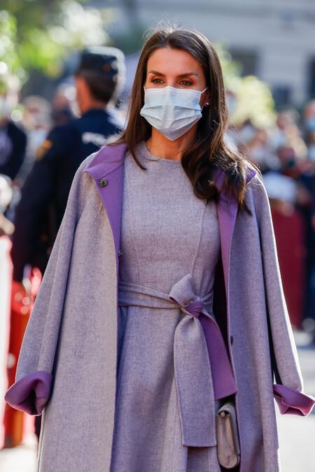 La reina Letizia recupera uno de sus looks invernales más elegantes y nos da una lección de estilo