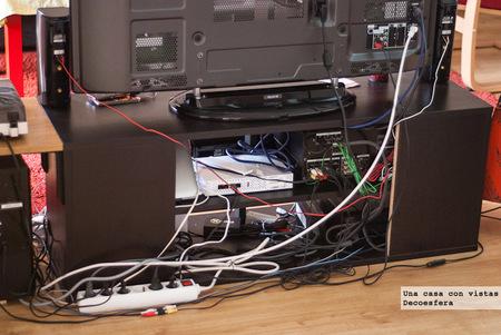 Un sencillo truco para esconder y ordenar los cables de la mesa del televisor