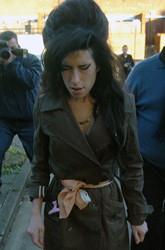 Mrs. Winehouse llora a Blake