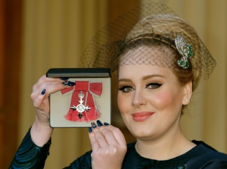 El vestido y el complemento de LA Navidad lo lleva... ¡Adele!