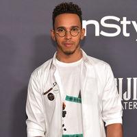 De mal en peor: Lewis Hamilton lleva un fallido look punk a los InStyle Awards