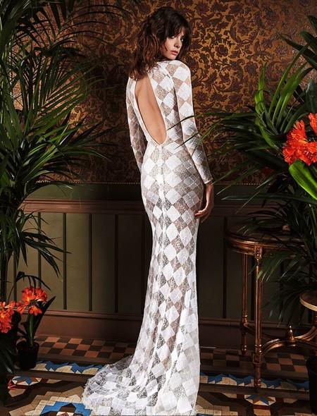 se llevan los vestidos de novia con la espalda al aire. ¿cómo