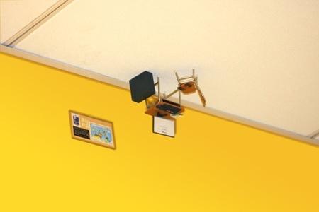 desk en techo amarillo