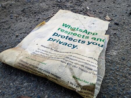 Periódico en el suelo, sucio, con el titular de WhatsApp y su respeto a nuestra privacidad (publicitario).