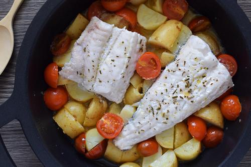 Merluza con patatas nuevas y tomates cherry: receta saludable