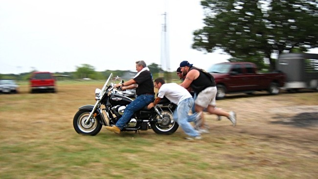 Empujando la moto