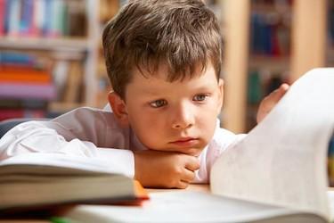 Ellas sacan mejores notas, pero ellos creen que son mejores, ¿cómo queremos educar a nuestros hijos?