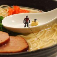 ¿Quién dijo que con la comida no se juega...? Tatsuya Tanaka se lo pasa bomba con ella