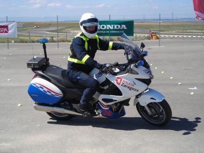 La policía municipal de Zaragoza aprende a conducir con la Honda Escuela de Conducción