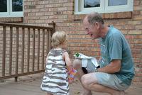 Un abuelo se lleva de la guardería a la nieta equivocada