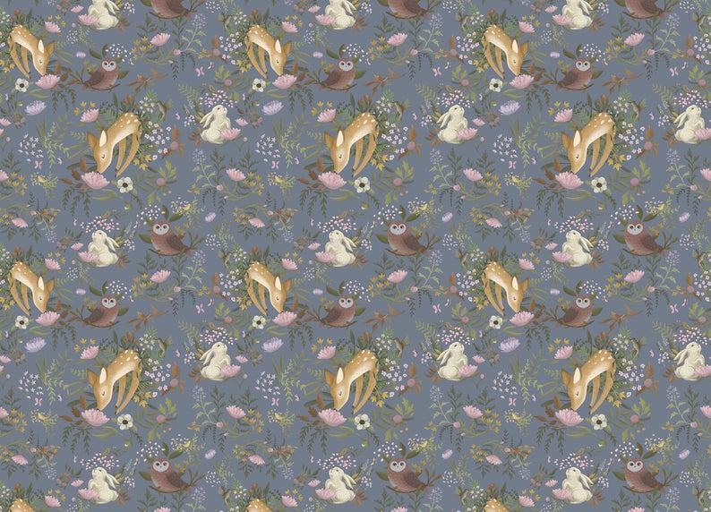Papel de pared azul decorado con búhos y conejos.