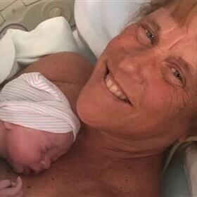 """Una mujer dio a luz con 57 años y afirma que """"nadie sabe si estará vivo para ver crecer a su bebé"""""""