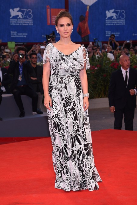 Natalie Portman deslumbra en el Festival de Venecia, ¡consigue sus looks!