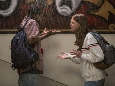 'Todo es una mierda' tira de nostalgia prefabricada para ofrecer una comedia adolescente al uso