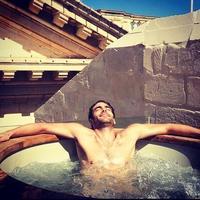 Lo sabemos, tú también quieres ser jacuzzi para bañar a Jon Kortajarena