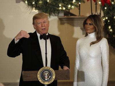 Melania Trump se enfunda en un vestido cuajado de lentejuelas blancas firmado por Cèline para dejarnos sin palabras