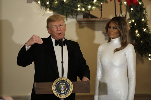 Melania Trump se enfunda en un vestido cuajado de lentejuelas blancas, firmado por Céline, para dejarnos sin palabras