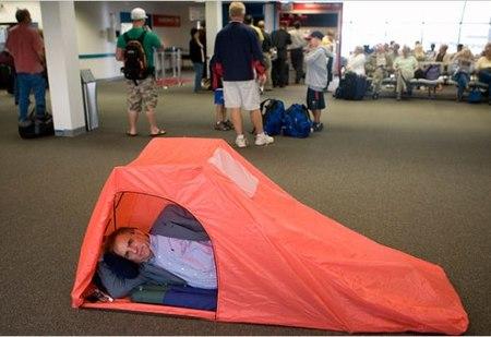 Tienda de campaña para dormir en el aeropuerto