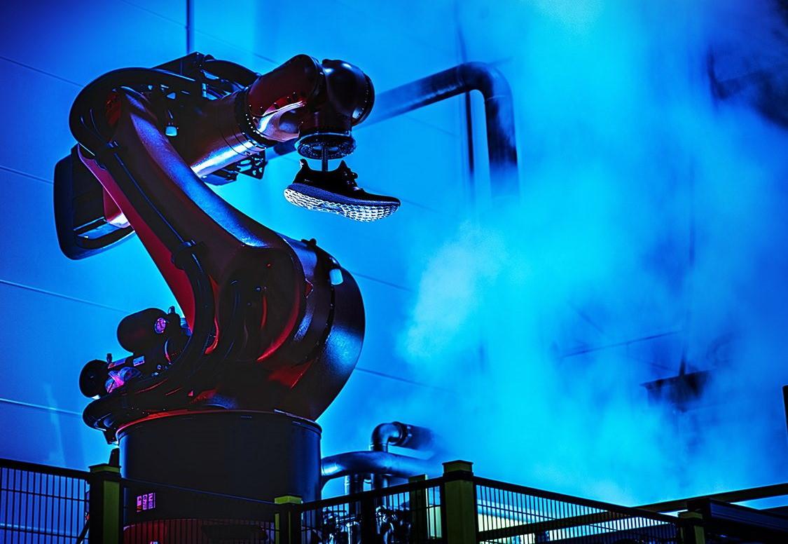Resplandor caloría trabajo  Los robots pierden sus trabajos a manos de los humanos: Adidas cerrará sus  fabricas automatizadas para centrar su producción en Asia