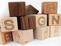 Cubos de madera para aprender la lengua de signos