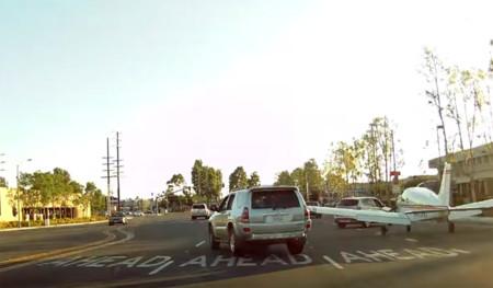 Ese día en el que te aterriza una avioneta en las narices, en plena calle (vídeo)
