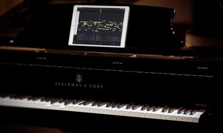 El piano Spirio |r se sirve de un iPad Pro y la conectividad AirPlay para grabar la música que interpretan a sus teclas