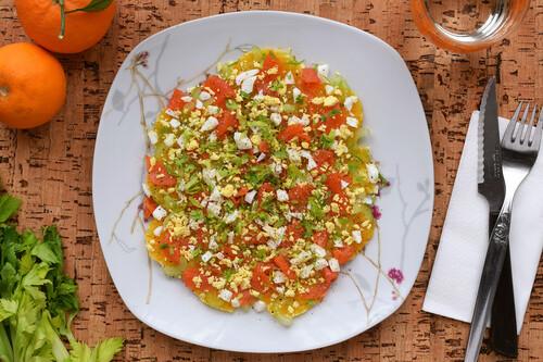 Ensalada de naranja, apio y trucha ahumada (o salmón) con huevo: receta saludable y ligera para el invierno