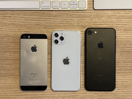 Las 5,4 pulgadas del iPhone 12 de esta maqueta lo sitúan entre un iPhone SE original y un iPhone 7