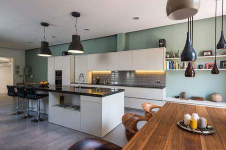 Puertas abiertas: un loft que pasa de espacio semi industrial a vivienda dividiendo el espacio de gran altura en dos niveles