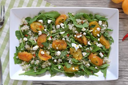 Ensalada de quinoa con albaricoques salteados y rúcula: receta saludable y fresca