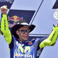 Con 38 años y una sanción, Valentino Rossi vuelve a alzarse como el líder de MotoGP