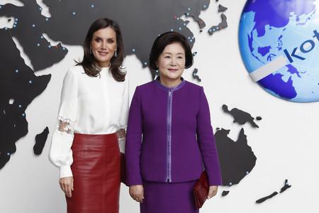 La Reina Letizia mezcla de una manera elegantísima el cuero más rockero con la seda más delicada en Seúl