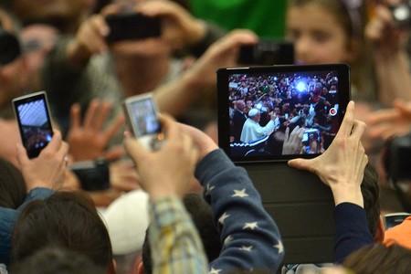 El Papa Francisco harto de móviles en sus misas: el debate de los smartphones en eventos se abre de nuevo