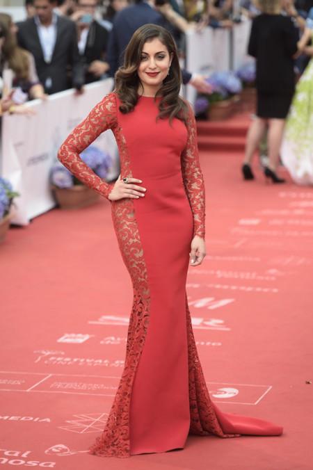 Hiba Abouk y su atrevimiento lateral en rojo