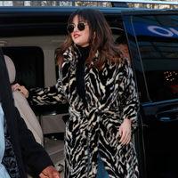 Selena Gomez estrena abrigo de pelo de Mango para hacer frente al frío