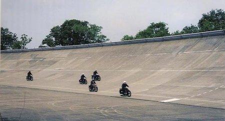 Linas-Montlhéry, peralte con motos