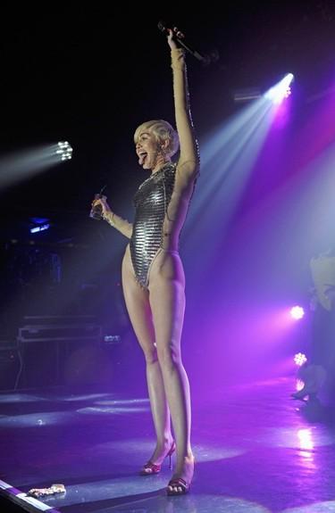 <em>Felatios</em> en el escenario, así se las gasta ahora nuestra Miley Cyrus
