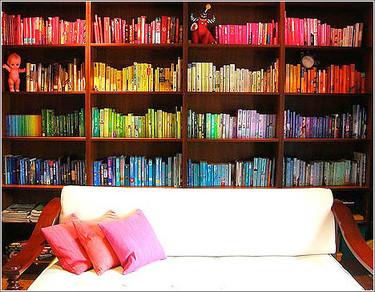 Una buena idea: ordenar libros por colores