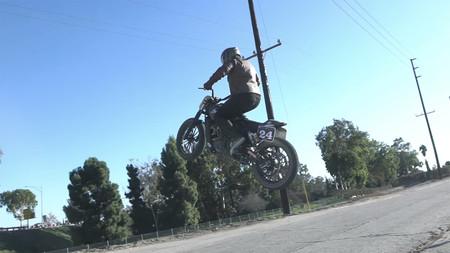 Esta Indian Scout de RSD sabe hacer mucho más que girar a la izquierda, ¡vuela!