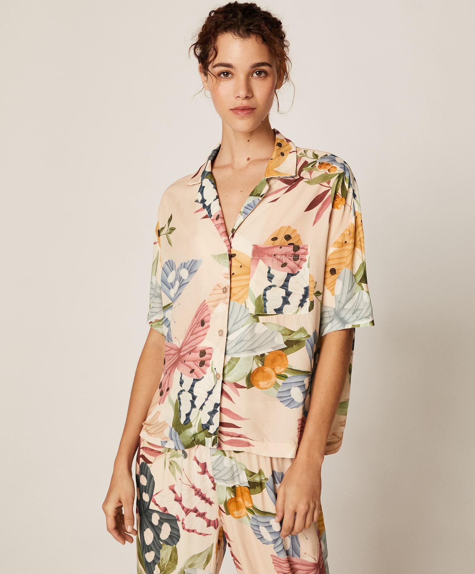 Camisa de manga corta con estampado tropical