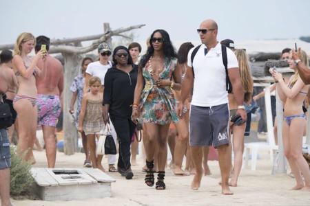 Naomi Campbell si sabe pisar la playa con estilo. ¡Si te reciben así, no puedes no pensar el modelito!