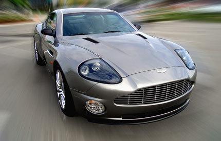 Aston Martin Vanquish V12 por fuera, Ford Mustang por dentro