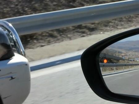 Cuando el todoterreno adelanta al Citroën DS4 el sistema de ángulo muerto avisa de su presencia