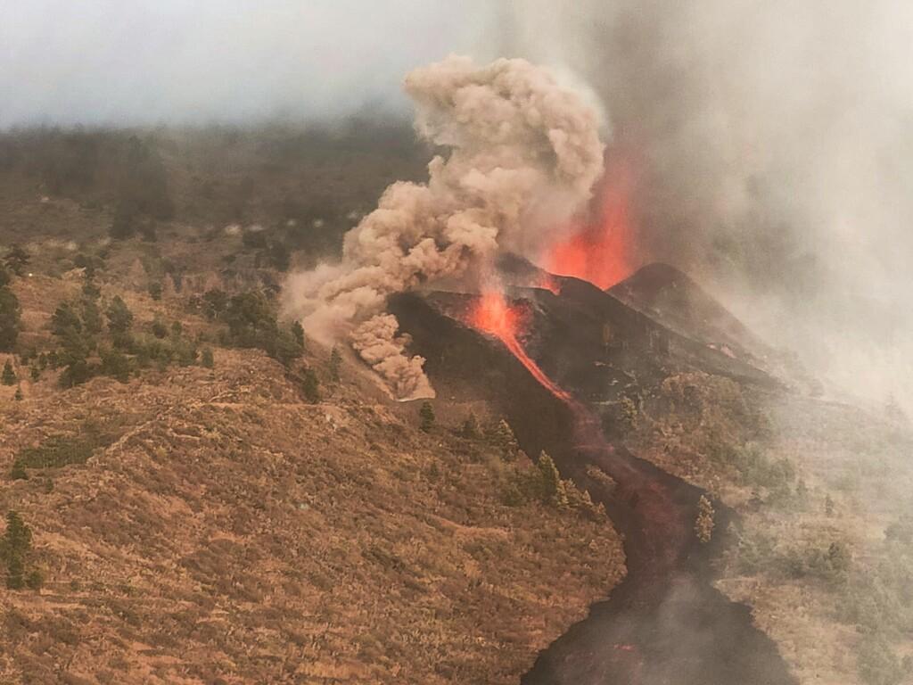 El volcán en Cumbre Vieja entra en erupción en La Palma después de una semana de seísmos: la primera erupción española en 50 años