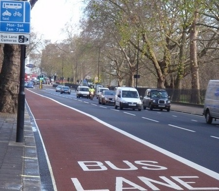 El carril bus accesible para las motos en Londres