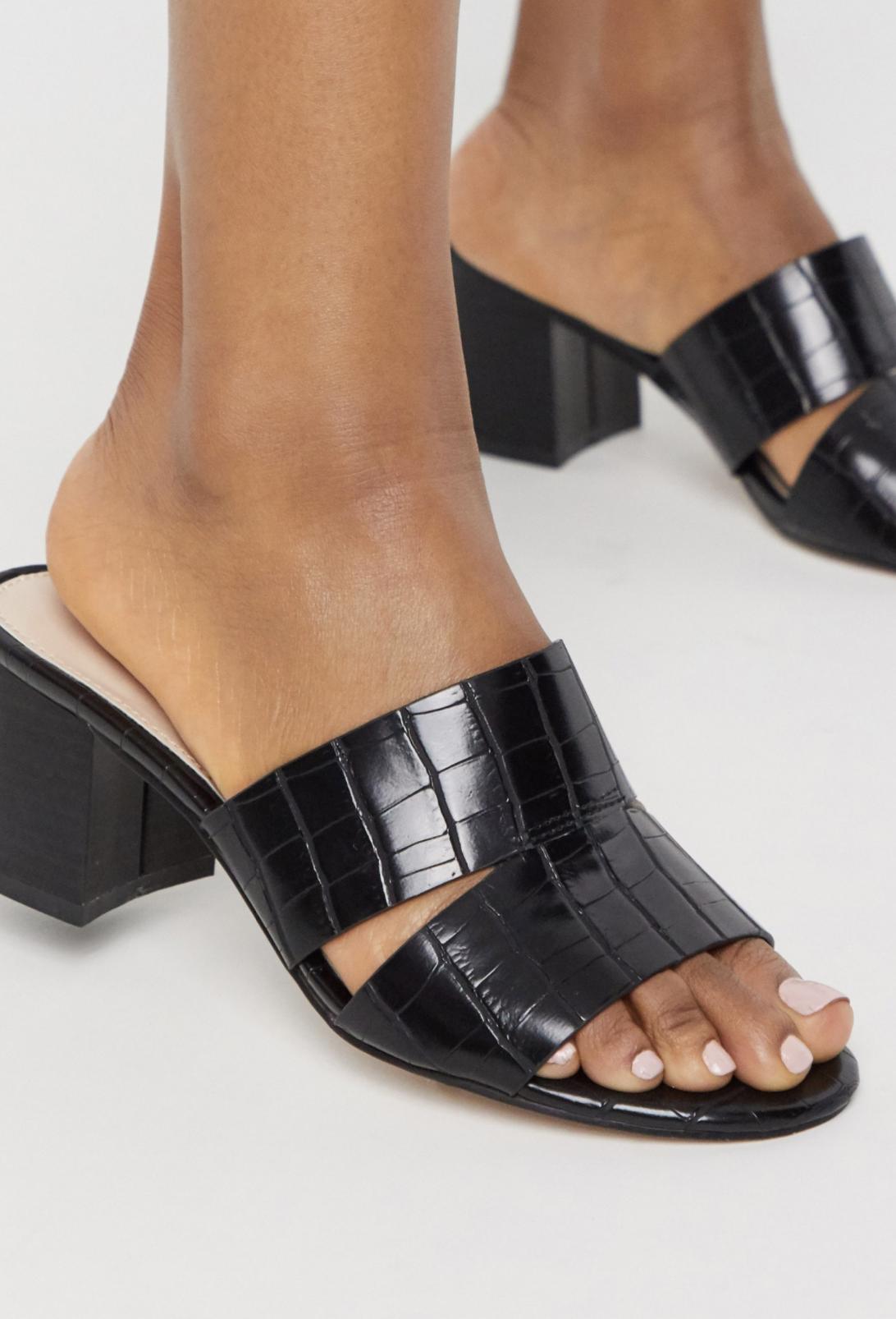 Sandalias de tacón cuadrado estilo mule en negro cocodrilo Lilt de Carvela